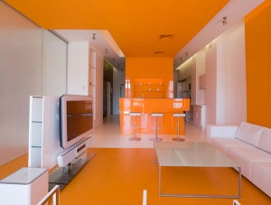 yarko-oranjeviy-cvet-v-interere